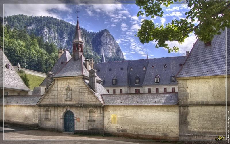 Comment s'appelle cet endroit de l'Isère, en pleine montagne, où des moines fabriquent une extraordinaire liqueur ?