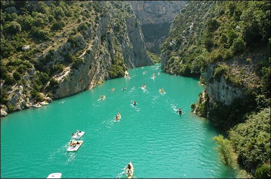Connaissez-vous cet endroit aquatique et rocheux à la fois, souvent filmé, situé à cheval sur les départements du Var et des Alpes de haute-Provence ?