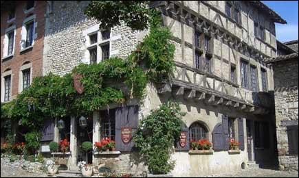 Cette ancienne cité de tisserands de l'Ain, située sur le bord du plateau de la Dombes est classée parmi les  plus beaux villages de France . Quel est son nom ?
