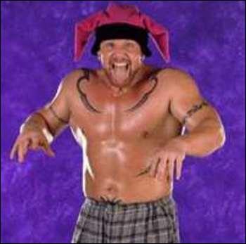 Reconnu pour sa carrière à la NFL et à la WWE , aujourd'hui il est handicapé à cause d'une manoeuvre manquée pendant un match de lutte. Qui est ce lutteur ?