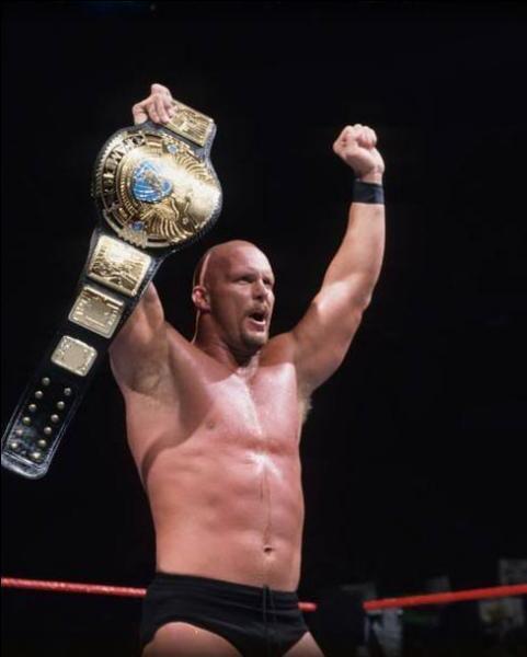 Il est celui qui a mené la vie dure à Vince McMahon. Il est 6 fois Champion. Qui est ce lutteur ?