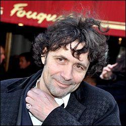 Il a 48 ans, il s'occupe de la presse, il est remplacé parfois par Philippe Vandel, c'est :