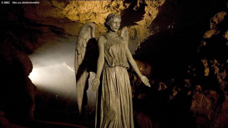 Dans le labyrinthe des anges, comment le docteur se rend-il compte que toutes les statues sont des anges pleureurs ?