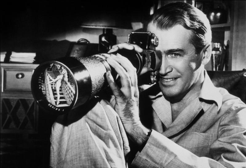 Fenêtre sur cour  : sorti en 1953, ce film met en scène un photographe qui se retrouve en chaise roulante après un accident et qui passe son temps à épier ses voisins, . Quel en est le réalisateur ?
