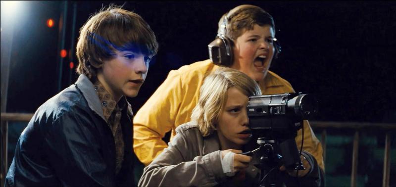Super 8 : sorti en 2011. Qui a réalisé ce film mettant en scène les enfants présents sur la photo voulant réaliser un film mais qui rencontreront un problème de type extra-terrestre ?