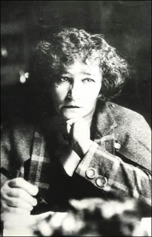 Je suis née à Saint-Sauveur-en-Puisaye (Yonne) le 28 janvier 1873 et décède le 3 août 1954 à Paris. Romancière je suis devenue en 1945 membre de l'Académie Goncourt, on me doit des œuvres comme  Claudine à l'école  ou  Gigi , qui suis-je ?