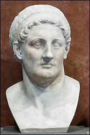 Nous avons donc fait le tour du cadre dans lequel nait Cléopâtre vers 69 avant J. C. Intéressons-nous donc au personnage en lui-même et à sa famille... À quelle dynastie appartient-elle ?