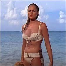 En 1962, quelle James Bond Girl marquait les esprits en sortant de l'eau en bikini ?