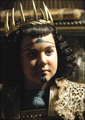 Qu'arrive-t-il à Ptolémée, le frère-époux de Cléopâtre, lors de cette bataille ?