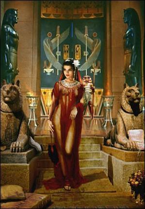 Cléopâtre, jeune veuve, ne peut régner seule (car c'est une femme). Elle épouse donc :