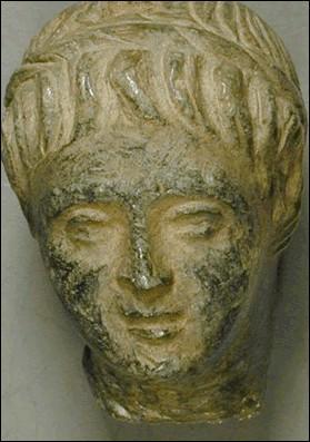Un fils naît alors de l'union entre Cléopâtre et César. Comment la foule d'Alexandrie le surnomme-t-elle rapidement ?
