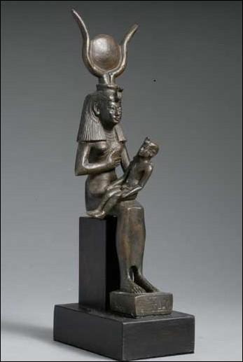 À quelle divinité égyptienne, fils d'Isis selon la légende, Cléopâtre associe-t-elle immédiatement son premier-né afin de le faire légitimer du peuple et des prêtres égyptiens ?