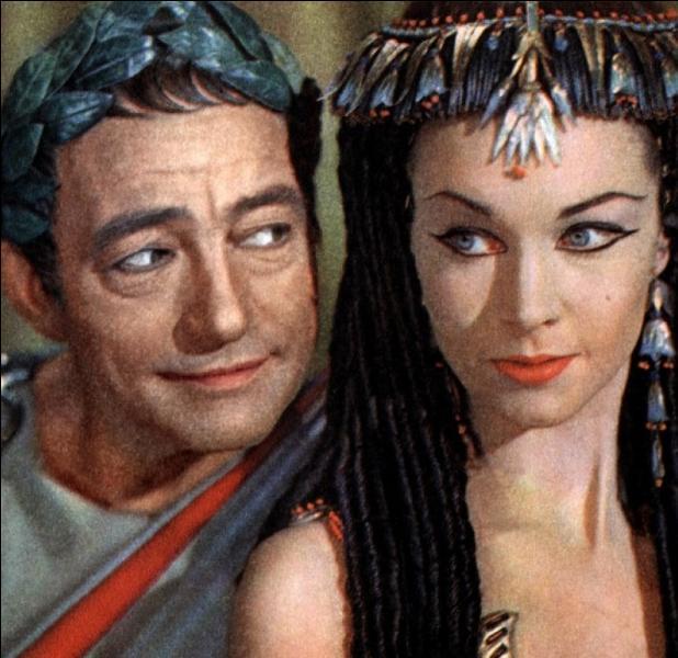 Il semble que César et Cléopâtre aient entamé leur liaison dès le premier soir... Au-delà de la passion, quel intérêt principal César a-t-il d'entretenir une relation avec Cléopâtre ?