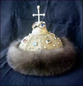 """Dans l'épisode """"La couronne du Tsar"""" qui se passe en 1913, l'empereur Nicolas II de Russie propose, pour conforter l'amitié franco-russe, d'organiser une exposition sur la Russie dont le trésor serait la couronne dynastique. Quel est le nom du prince russe en charge de la surveillance de ce joyau ?"""