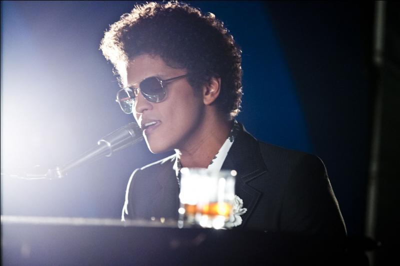 Quel est le single qu'il a sorti et où il se donne un peu le style de Ray Charles ?
