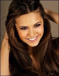 Elle rencontre pour la première fois Damon avant que ses parents ne viennent la chercher, peu avant l'accident.