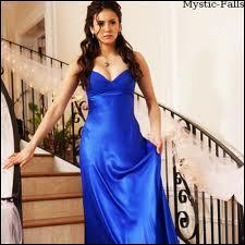 À l'élection de Miss Mystic Falls, elle danse avec Stefan.