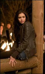 Elle décide d'accompagner Damon dans la crypte.