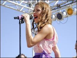 Vrai ou faux - Dans la saison 2, Violetta va chanter ''En mi mundo'' en anglais.