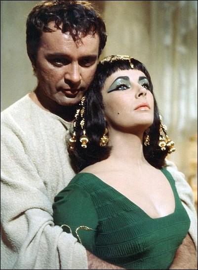En -36, alors que ses relations avec Octave se dégradent de nouveau, Antoine quitte sa femme (enceinte de leur deuxième enfant), et se rend en Syrie où il rappelle à lui Cléopâtre, qui accourt, accompagnée de ses deux jumeaux. Les deux amants s'y marient. Où cela se passe-t-il exactement ?