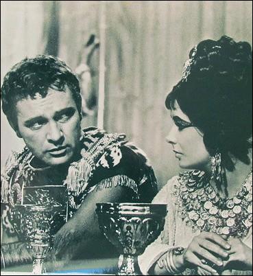 Cléopâtre fait même graver sur une bague le nom grec  méthé , qui signifie :