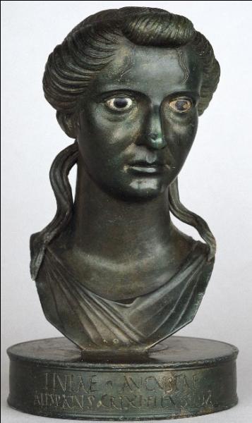 Alors qu'il est en Orient, Antoine est convoqué en Grèce par sa femme, une véritable furie, qui a tenté un soulèvement qui a mal tourné contre Octave. Comment se nomme-t-elle ?