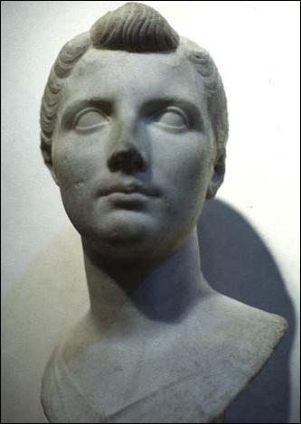Pour sceller cet accord, au grand désespoir de Cléopâtre, Octave marie sa propre sœur avec Antoine. Comment s'appelle-t-elle ?