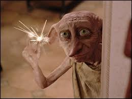 Que fait tomber Dobby dans le salon des Dursley ?