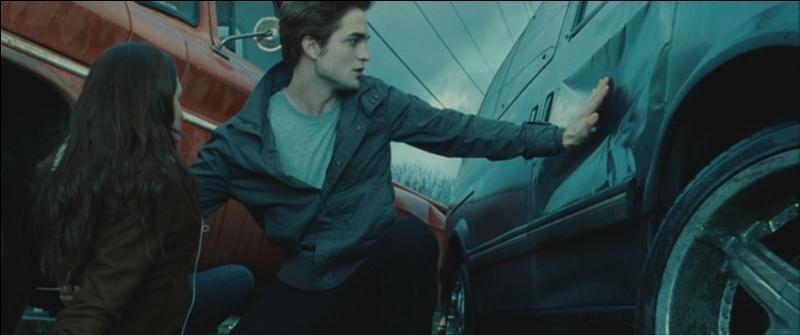 Où est Edward quand il vient arrêter la voiture (de sa main) qui fonçait sur Bella ?