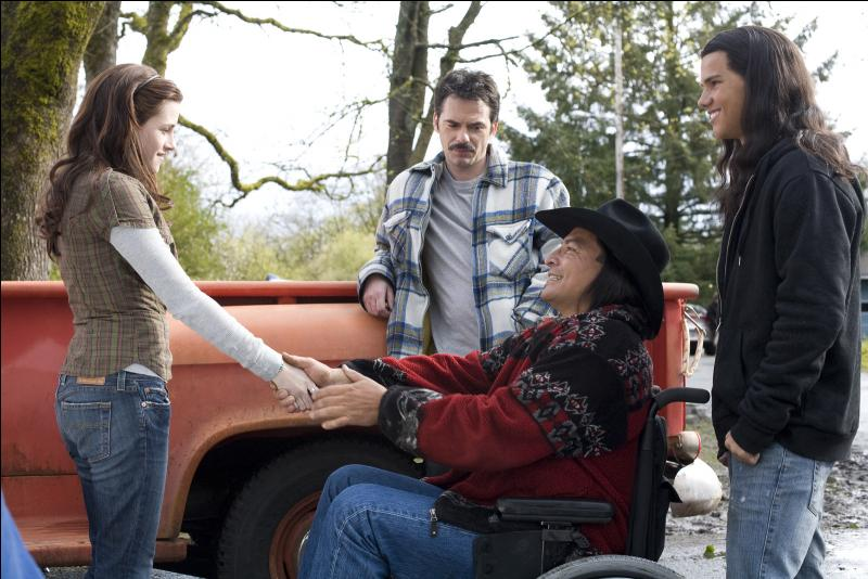 Quel est le cadeau de bienvenue que le père de Bella lui a offert, aidé par Billy et Jacob Black ?