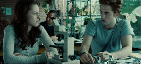 Comment réagit Edward quand Bella entre dans la classe de biologie ?