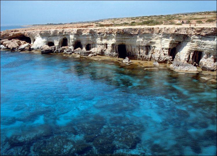 Combien de nations se partagent-elles la souveraineté de Chypre, la troisième plus grande île de la Mer Méditerranée.