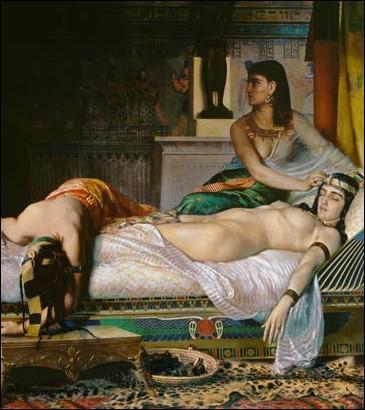Comment s'appellent les deux fidèles servantes de Cléopâtre qui l'assisteront jusqu'à sa mort ?
