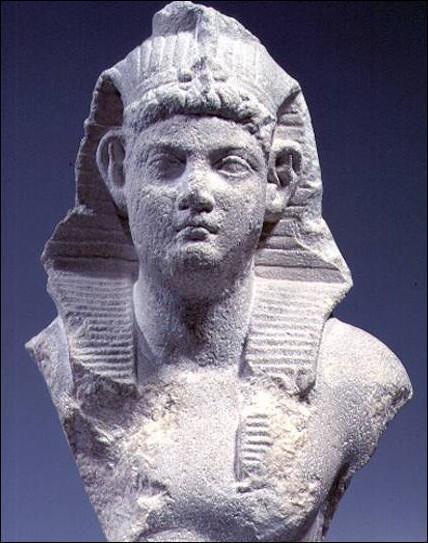 Qui devient Pharaon après la mort de Cléopâtre ?