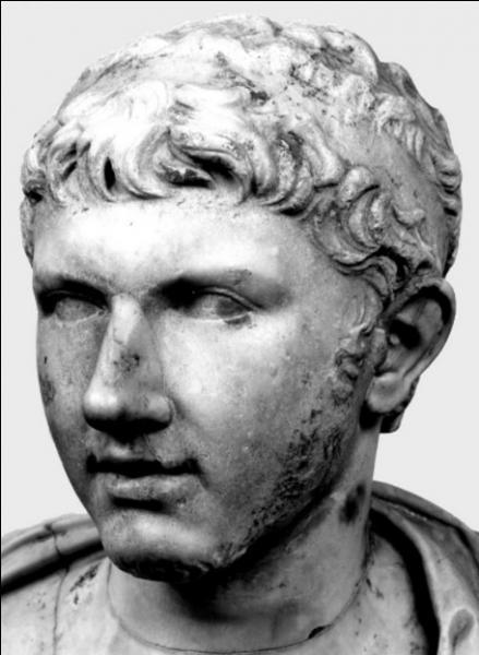 Cléopâtre Séléné, la fille de Cléopâtre et d'Antoine, est mariée par Octave en -20 au roi de Numidie, Juba II. C'est avec la mort de son fils, Ptolémée de Maurétanie, que s'éteint définitivement la lignée des Lagides en 40. Quel empereur romain le tue ?
