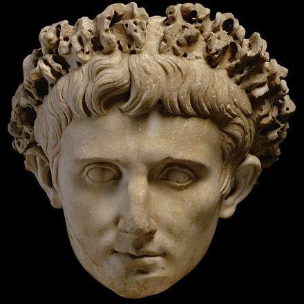 Après sa victoire écrasante à Alexandrie, et afin de ne pas heurter les Romains, hostiles à la royauté, Octave se fait nommer  princeps , ce qui signifie :