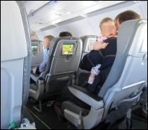 À vous de trouver la suite : « Si vous voyagez avec un enfant en bas âge, aidez-le à mettre son masque à oxygène. Si vous voyagez avec plusieurs enfants en bas âge, »