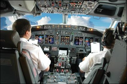 « Delta Airlines est fière de compter dans ses rangs quelques-uns des meilleurs pilotes du monde. Malheureusement aucun d'entre eux n'est ______ sur ce vol »