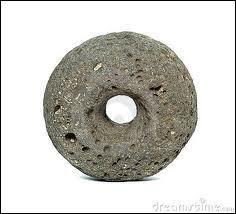 À quelle culture ancienne attribue-t-on l'invention de la roue en pierre ?