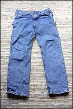 C'est en 1853, aux Etats-Unis, que le premier pantalon appelé  blue jean(s)  fut confectionné dans une toile de coton solide. Cette toile était tissée depuis le XVIème siècle à ...
