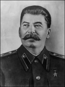 Quel dictateur russe s'empare progressivement du pouvoir en excluant du Parti ceux qui s'opposent à lui et en éliminant - politiquement, puis physiquement - ses éventuels rivaux, il continue  l'oeuvre enteprise par Lénine, tout