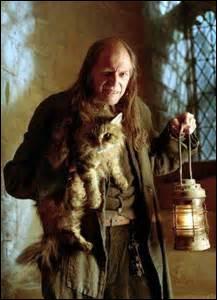 Comment s'appelle la chatte de Rusard ?