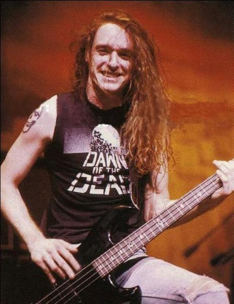 Voici un ancien bassiste du groupe. Quel était son nom ?