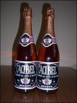 De couleur rubis, le cacibel, boisson peu alcoolisée (3%), se consomme à l'apéritif. Sa recette a été mise au point dans les années 1980. Quelle est sa composition ?