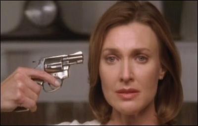 Dans quelle pièce de sa maison Mary-Alice Young charge-t-elle son revolver avant de se tirer une balle dans la tête ?