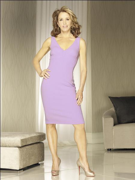 De quelle couleur est la peruque de Lynette lors de la soirée Halloween organisée par Renée dans la saison 7 ?