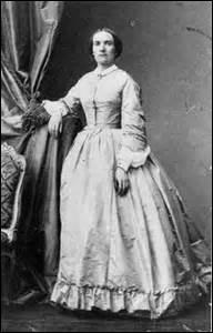 En 1861 ma compagne et moi-même intervenons auprès du ministre de l'instruction publique et des cultes (Gustave Rouland) pour qu'il signe un document permettant à Julie Daubié d'être la première femme bachelière de France, quel était son métier ?