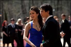 À quel endroit Damon tente-t-il d'embrasser Elena pour la première fois ?