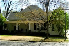 Quel lieu est juste côte à côte de la maison des Forbes ?