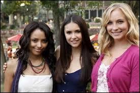 À quel endroit Elena, Bonnie et Caroline font-elles la séance de spiritisme ?